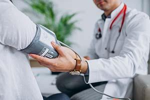 dauer-lohnfortzahlung-im-krankheitsfall-arzt-misst-blutdruck