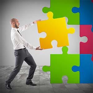 wiedereingliederungsplan-fehlendes-puzzelstück-bueroangestellter